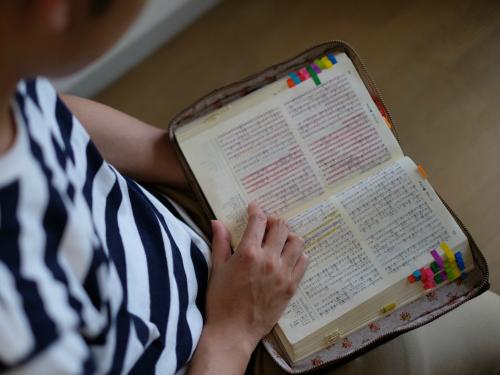 モルモン書を読んで信仰について学ぶ聖徒